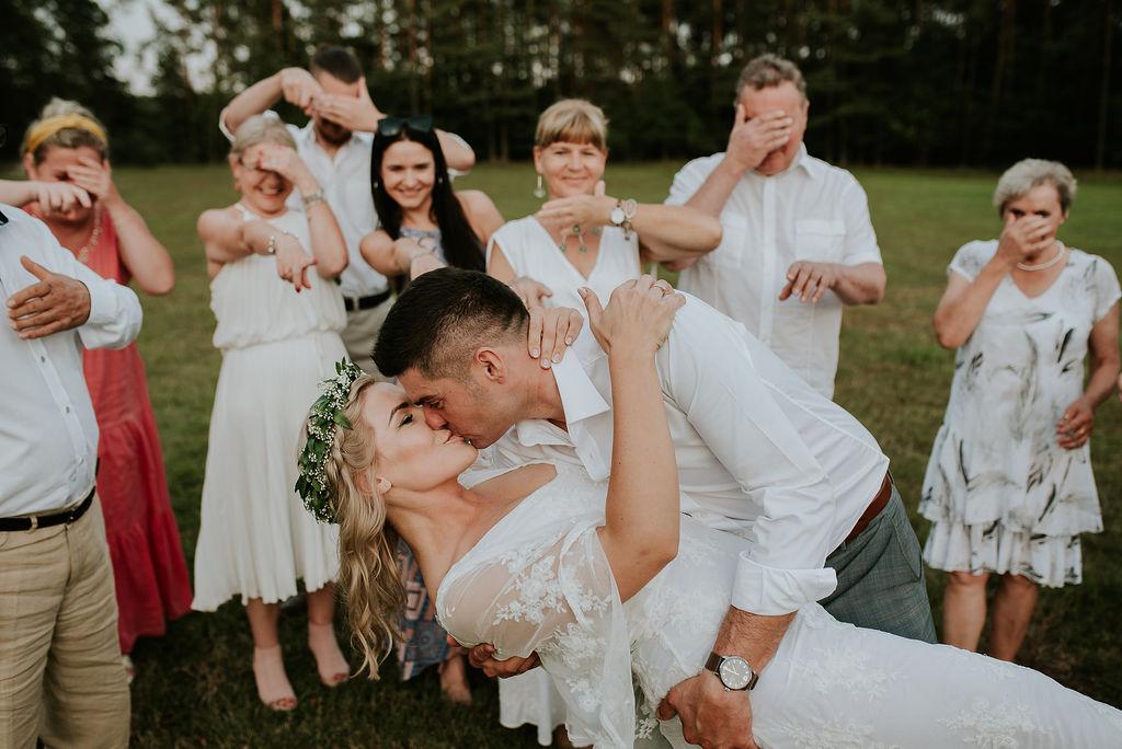 Para młoda całuje sie na weselu Boho