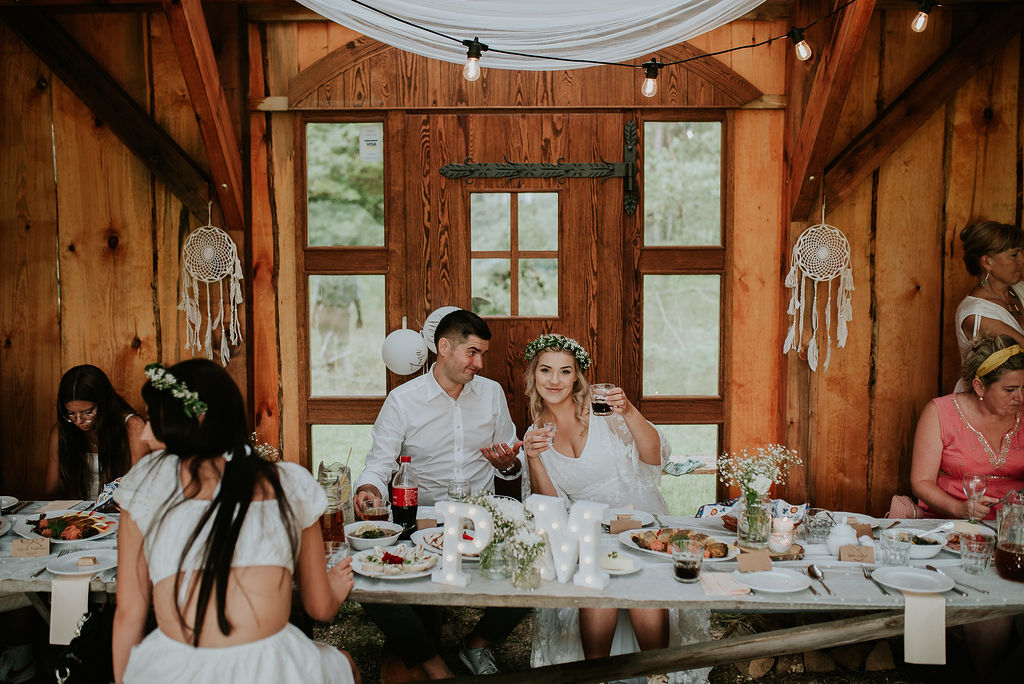 Para młoda wnosi toast na weselu